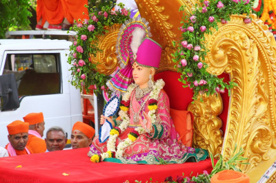 Divine darshan of Lord Shree Swaminarayan seated on the magnificent golden chariot