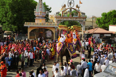 The grand procession proceeds to the main road that runs Mankuva to Bharasar