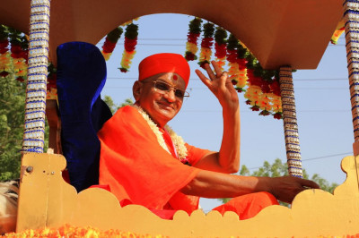 His Divine Holiness Acharya Swamishree showers His divine blessings on all sants, disciples, performers, residents, visitors and onlookers
