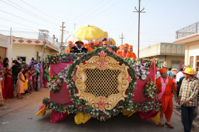 One of the floats carrying sants