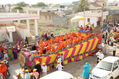 The grand procession proceeds towards Bharasar