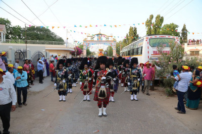 Shree Muktajeevan Swamibapa Pipe Bands lead the grand procession into the village of Bharasar