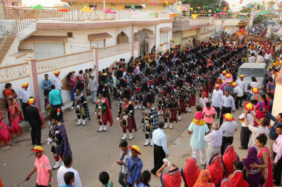 The grand procession arrives at the new mandirs in Bharasar