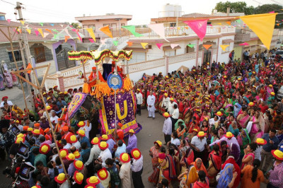 The grand procession arrives at Shree Swaminarayan Mandir Bharasar (Ladies)