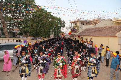 All five Shree Muktajeevan Swamibapa Pipe Bands perform leading the procession into Bharasar