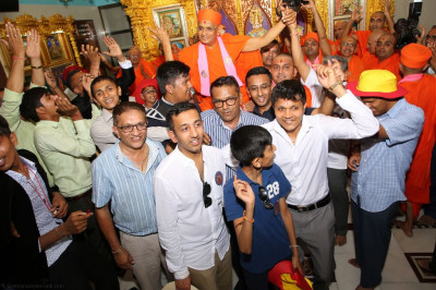 Disciples carry His Divine Holiness Acharya Swamishree into Shree Swaminarayan Mandir Bharasar