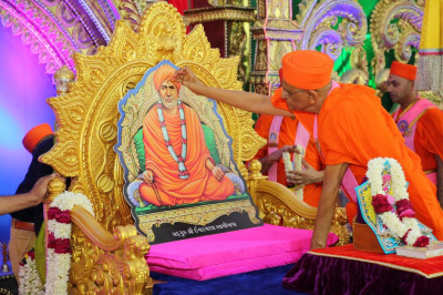 His Divine Holiness Acharya Swamishree performs poojan to Sadguru Shree Ischwarcharandasji Swami as part of the 150th anniversary celebrations