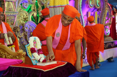 His Divine Holiness Acharya Swamishree performs the poojan of the divine scriptures