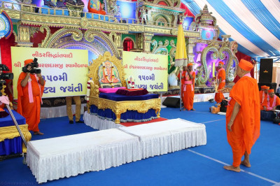 His Divine Holiness Acharya Swamishree performs aarti to Sadguru Shree Ischwarcharandasji Swami as part of the 150th anniversary celebrations