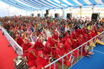 Sankhya Yogi ladies and thousands of disciples gather to enjoy the celebrations