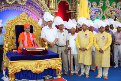 His Divine Holiness Acharya Swamishree blesses disciples and honoured guests