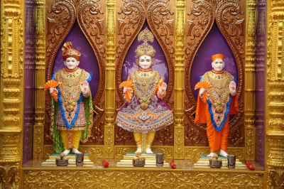 Divine darshan of Lord Shree Swaminarayan, Jeevanpran Shree Abji Bapashree and Jeevanpran Shree Muktajeevan Swamibapa at Shree Swaminarayan Mandir Bharasar