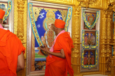 His Divine Holiness Acharya Swamishree performs the maha poojan ceremony