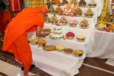 His Divine Hoiliness Acharya Swamishree cuts the cake