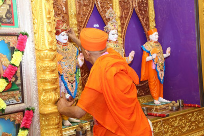 His Divine Holiness Acharya Swamishree performs the maha poojan at Shree Swaminarayan Mandir Bharasar (Gentlemen)