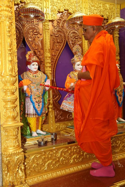 His Divine Holiness Acharya Swamishree performs the murti installation of Jeevanpran Shree Abji Bapashree