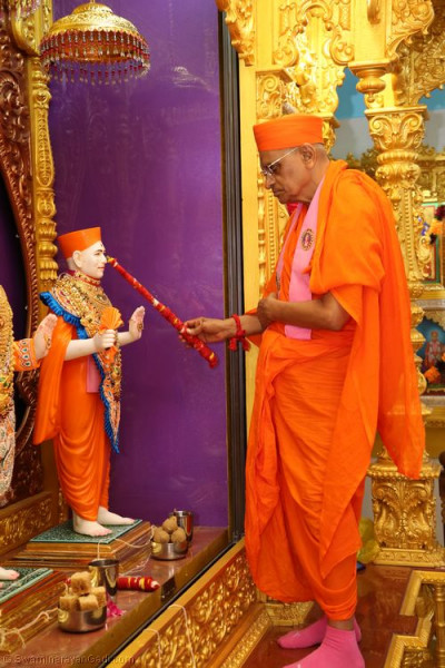 His Divine Holiness Acharya Swamishree performs the murti installation of Jeevanpran Shree Muktajeevan Swamibapa