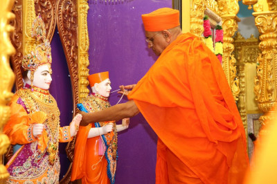 His Divine Holiness Acharya Swamishree presents the sacred thread to Jeevanpran Shree Muktajeevan Swamibapa