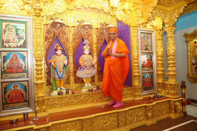 Divine darshan of His Divine Holiness Acharya Swamishree with Lord Shree Swaminarayanbapa Swamibapa