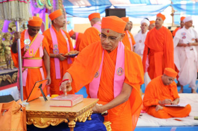 His Divine Holiness Acharya Swamishree performs poojan to Jeevanpran Shree Abji Bapashree ni vato in celebration of the 111st anniversary of its publication