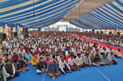 Thousands of disciples fill the grand assembly