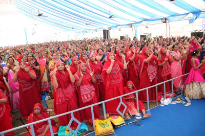 Sankhya Yogi ladies and thousands of disciples dance to a devotional song