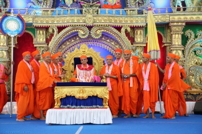 Divine darshan of His Divine Holiness Acharya Swamishree adorned in a shawl made from pearls and black peppercorn seeds