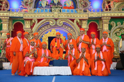 His Divine Holiness Acharya Swamishree blesses sants who have helped in organising this grand festival