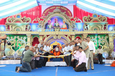 Disciples present a 50 foot long garland of fresh fragrant flowers to His Divine Holiness Acharya Swamishree