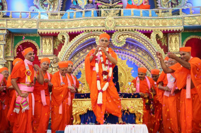 Divine darshan of Acharya Swamishree dancing with sants