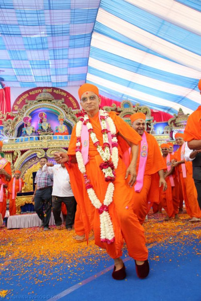 Divine darshan of His Divine Holiness Acharya Swamishree dancing as He leaves the stage