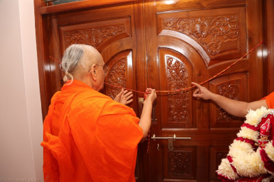 His Divine Holiness Acharya Swamishree opens the great wooden doors to the newly built mandir in Bharasar