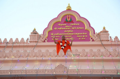 Divine darshan of Acharya Swamishree on the roof of the new mandir