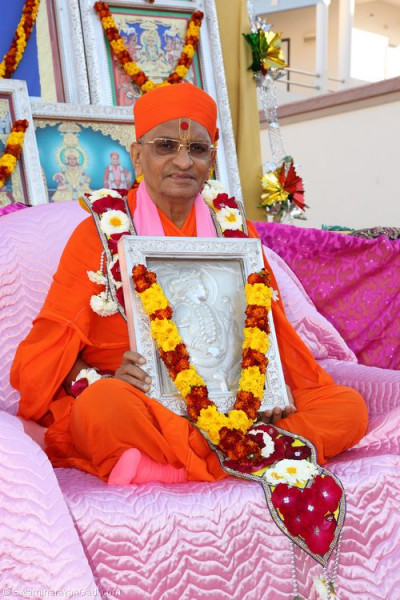Divine darshan of His Divine Holiness Acharya Swamishree seated on the chariot with the murtis
