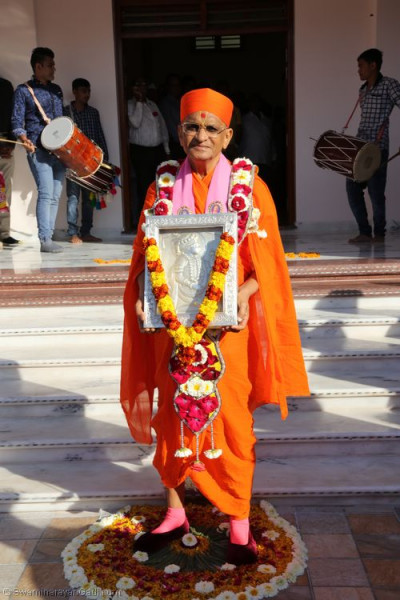 Divine darshan of His Divine Holiness Acharya Swamishree with the murti of Lord Shree Swaminarayan  in the new mandir courtyard