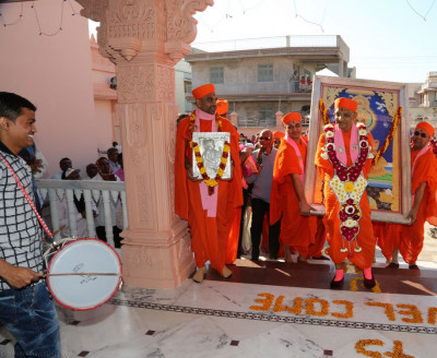 His Divine Holiness Acharya Swamishree enters the new mandir building