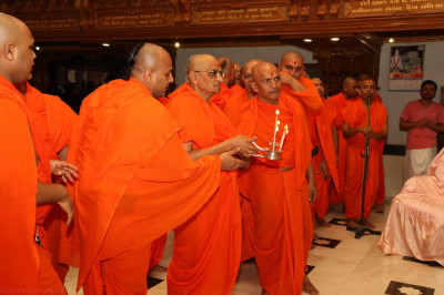His Divine Holiness Acharya Swamishree and sants performs aarti