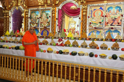 Divine darshan of Acharya Swamishree in front of the magnificent annakut of sweet and savoury items