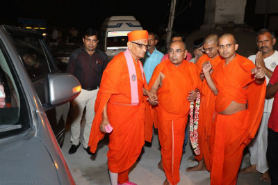 Sants escort His Divine Holiness Acharya Swamishree