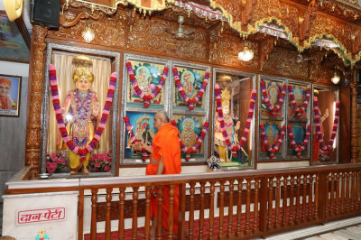 His Divine Holiness Acharya Swamishree performs mangla aarti