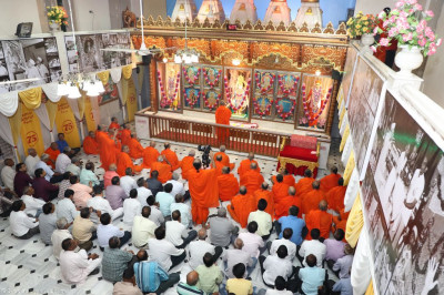 Sants and disciples fill the mandir during mangla aarti