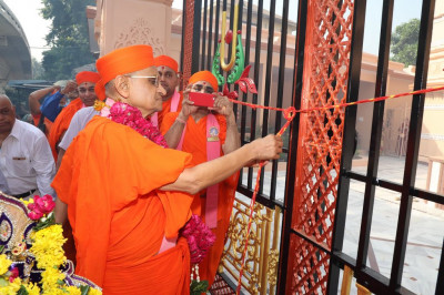 His Divine Holiness Acharya Swamishree officially releases the sacred red thread from the new gates of Shree Swaminarayan Mandir Delhi
