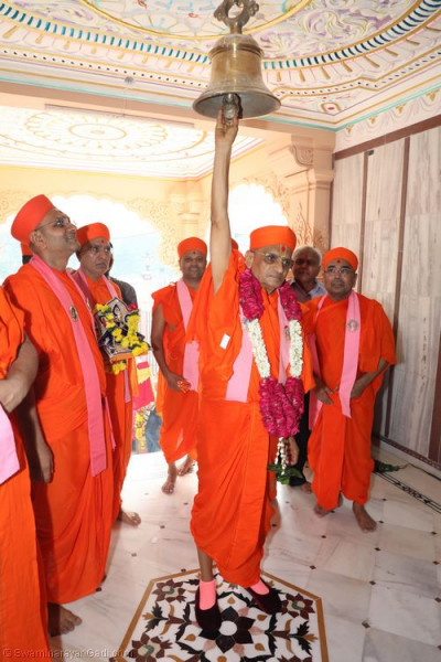 His Divine Holiness Acharya Swamishree rings the mandir bell