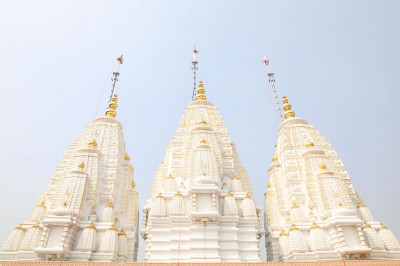 The magnificent new shikkars and golden karsh on Shree Swaminarayan Mandir Delhi