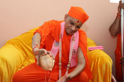 His Divine Holiness Acharya Swamishree completes the ceremony on the roof of Shree Swaminarayan Mandir Delhi