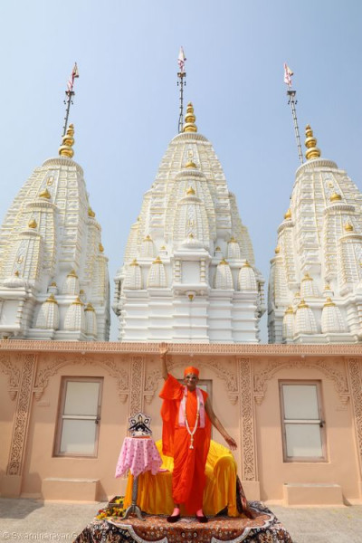 His Divine Holiness Acharya Swamishree blesses all from the roof of Shree Swaminarayan Mandir Delhi