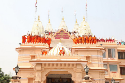 His Divine Holiness Acharya Swamishree, sants and hundreds of disciples all on the roof of Shree Swaminarayan Mandir Delhi