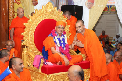 Sants present a garland of flowers to His Divine Holiness Acharya Swamishree