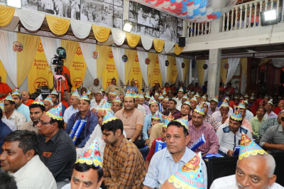 Hundreds of disciples fill Shree Swaminarayan Mandir Delhi