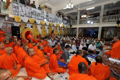 His Divine Holiness Acharya Swamishree, sants and hundreds of disciples enjoy the devotional song performances